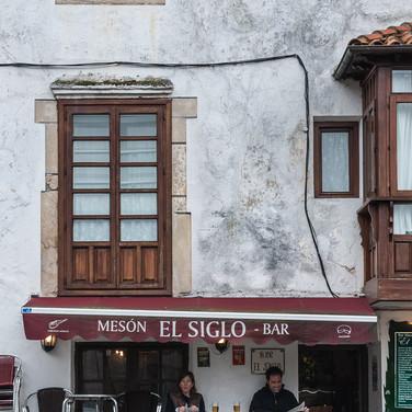 Посетители пьют пиво у маленького бара в Комийясе Patrons drink beer outside a small bar in Comillas