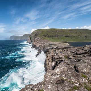 Вода озера Сёрвагсватн вытекает прямо в бушующий атлантический прибой Sørvágsvatn lake drains its waters right into North Atlantics' surf