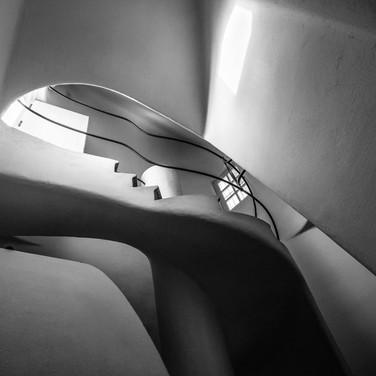 Архитектурная геометрия Гауди: лестничный переход в доме Бальо Gaudí's architectural geometry: a staircase in Casa Batlló