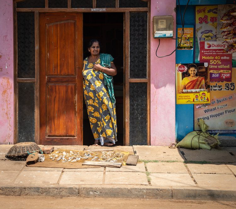 На улицах деревни Удаппу. Часто рыбу сушат прямо у порога своего дома.  In the streets of Udappu village. Fish is often dried right at  home's entrance.