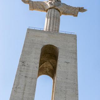 Статуя Христа-Царя ('Кришту-Рей') смотрит на Лиссабон с другого берега Тежу Crist the King monument looks at Lisbon from across Tejo river