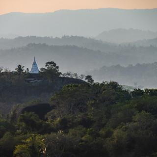 Вид с верхней террасы скального монастыря в Мулкиригала  A view from the upper terrace of Mulkirigala rock monastery