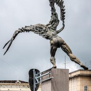Памятник Симону Боливару в образе получеловека-полукондора в Манисалесе ument Ato Simon Bolívas a condor man, Manizales