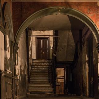 В подъезде старого дома в центре Тбилиси. Остатки славного прошлого... An текфтсу hall, old town Tbilisi. Decayed glory of the past...