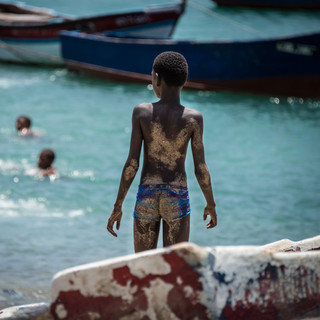 Мальчишки на городском пляже в Минделу, остров Сан-Висенти  Boys at the town's beach of Mindelo, São Vicente island
