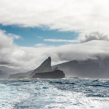 Остров Воар и островки Тиндхольм и Гуасхольм The shores of Vágar island and the islets of Tindhólmur and Gáshólmur