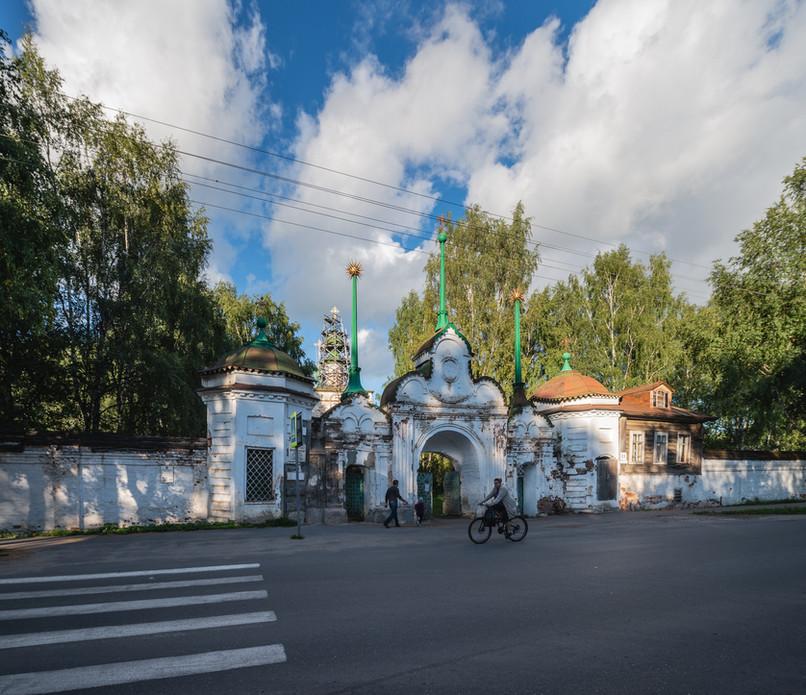 """Главные (""""Святые"""") ворота Михайло-Архангельского монастыря"""