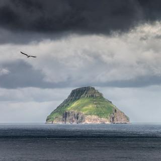 Остров Луитла Дуймун, самый маленький из 18 'больших' Фарерских островов и единственный необитаемый из них The island of Lítla Dímun, the smallest of 18 principal Faroe islands and the only uninhabited of them