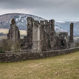 Руины монастыря Ллантони и окружающие Черные горы Llanthony priory ruins surrounded by Black Mountains