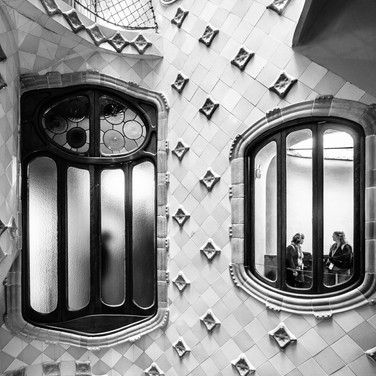 Дом Бальо, одно из лучших творений Гауди. Окна внутренней световой шахты. Casa Batlló, one of the best masterpieces by Gaudì. Windows of the inner light well