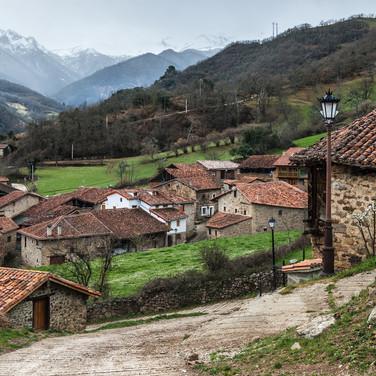 Деревня Могровехо у подножия Пикос-де-Эуропа The village of Mogrovejo at the foot of Picos de Europa