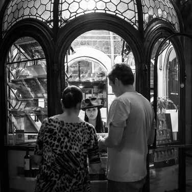 """У билетной кассы, продающей экскурсии по потрясающему Паласио Бароло - 22-этажному """"небоскребу"""" в стиле модерн, построенному в 1923 году At the ticket booth of Palacio Barolo Tours, inside the gorgeous Palacio Barolo building - an art nouveau 'skyscraper' built in 1923"""
