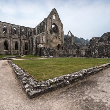 Руины бывшего цистерцианского монастыря Тинтерн, действовавшего в 1131-1536 годах Ruins of Tintern Abbey, a former Cistercian monastery operative in 1131-1536