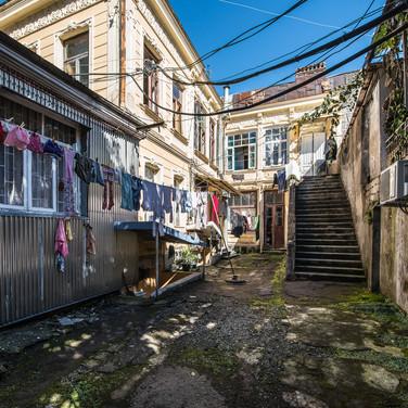Очень характерный батумский дворик A very characteristic Batumian courtyard