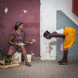 Уличная сцена. Столица Кабо-Верде, город Прая, остров Сантьягу  Laughing out loud in the streets of the capital town of Praia, Santiago island