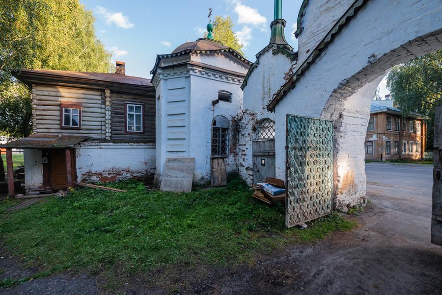 У ворот Михайло-Архангельского монастыря