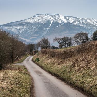 Вид на горы Брекон Биконс из небольшой деревушки Партришоу A view to Brecon Beacons mountains from the tiny hamlet of Partrishow
