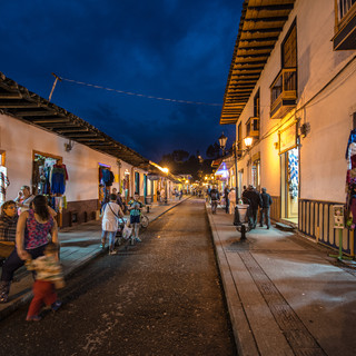 Улица Кайе-Реаль в Саленто ночью Calle Real in Salento at night
