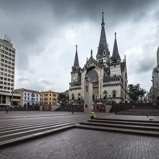 Площадь Боливара в Манисалесе и городской собор, построенный из железобетона Plaza de Bolívar in Manizales and its reinforced-concrete cathedral