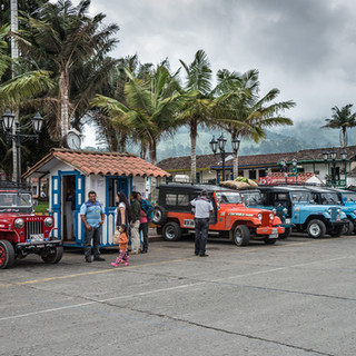 Джипы ждут туристов, направляющихся в долину Кокора, на главной площади Саленто Jeeps waiting in the main square of Salento to take tourists to Cocora Valley