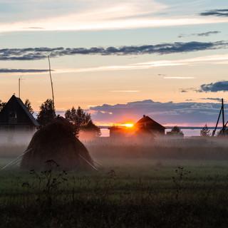 Закатный туман, дервня Нокола на озере Лача, Архангельская область  Fog fell at sunset, Nokola village at the bank of Lacha lake, Arkhangelsk region