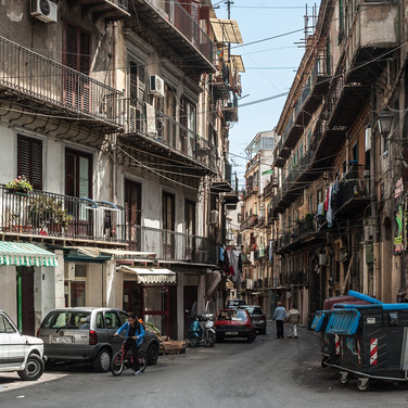 Узкие улицы центра Палермо Narrow streets in the centre of Palermo