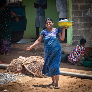 Сушеная рыба – важная часть шри-ланкийского птания. Рыбу раскладываают на кусках мешковины прямо под палящим солнцем.  Dried fish is one of the staples of Sri Lankan diet. Fish is laid out on pieces of sackcloth to dry under the hot tropical sun