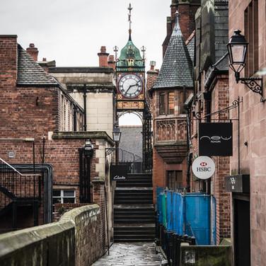 Истгейтские часы и пешеходная дорожка на городской стене в Честере The Eastgate clock in Chester from the town walls' footpath