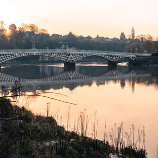 Старый мост через реку Уай, построенный в 1816 году, соединяет английский берег с валлийским The Old Wye Bridge constructed in 1816 connects the English and the Welsh sides