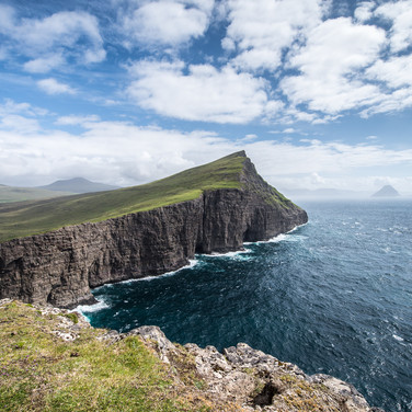 Вид  мыса Трэлануипа на острове Воар на восток A view from Trælanípa promontory of Vágar island to the east