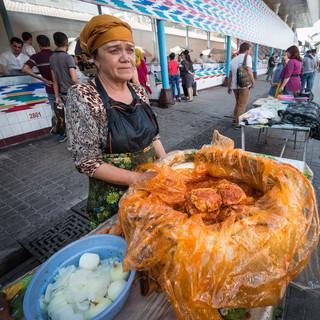 """В """"обжорных рядах"""", рынок Чорсу, Ташкент. Ханум – блюдо из завернутого в тесто мясного фарша с луком, на рынке Чорсу его готовят способом, отличающимся от приготовления в любом другом месте Узбекистана. In refreshment stalls, Chorsu Bazaar, Tashkent. 'Khanum' – an Uzbek speciality, minced meat with onion wrapped in pastry"""