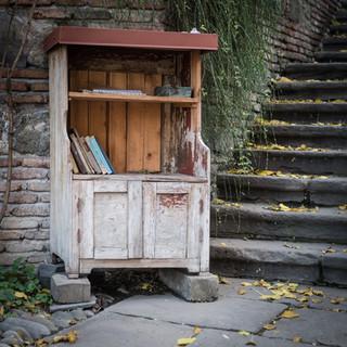 Книжный шкаф на улице A bookcase in a street