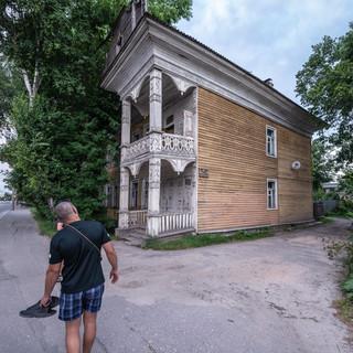Старые деревянные дома, характерная черта Вологды,  пока еще сохраняются в немалом количестве в центре города  Old wooden houses still are a characteristic feature of the town of Vologda