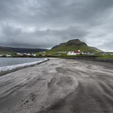 Дервня Квальба и пляж из черного песка Hvalba village and black sand beach