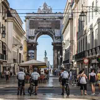 Улица Аугушта - главная пешеходная улица района Байша в центре Лиссабона Rua Augusta, the main pedestrian street of Lisbon's downtown Baixa neighbourhood