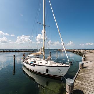 Яхта у причала в Тиммендорфе, остров Пёль A yacht moored in Timmendorf, island of Poel