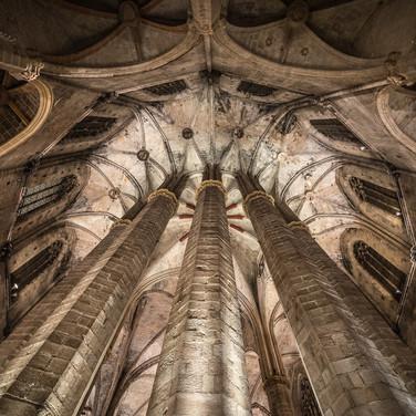 Заалтарные колонны и свод деамбулатория церкви Санта-Мария-дель-Мар, одного из лучших образцов высокой каталонской готики (1329-1383). Columns and ambulatory vault of Santa Maria del Mar basilica, one of the best and purest examples of Catalonian High Gothics (built 1329-1383)