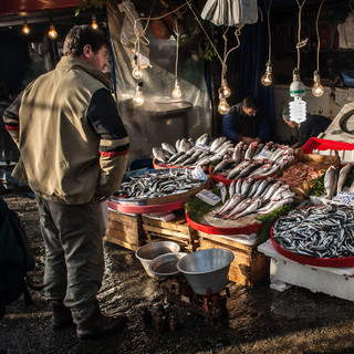 На рыбном рынке у Галатского моста  In fish market at Galata Bridge