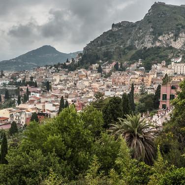 Город Таормина, самый известный курорт Сицилии, столица сицилийского гламура The town of Taormina, the most renowned Sicilian resort and the capital of Sicilian glamour