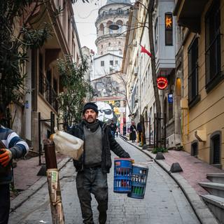 На улице в районе Бейоглу  In a street in Beyoglu neighbourhood