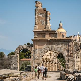 Церковь в Тиндари позади руин древнегреческого Тиндариса The Sanctuary of Tindari behind ancient Greek ruins of Tyndaris