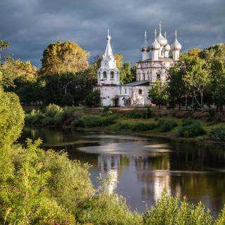 Церковь Иоанна Златоуста (1664) отражается в реке Вологда, Вологда  St John rysostom church (1664) reflects in waters of Vologda river, the town of Vologda