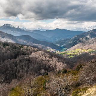 Долина Льебана тянется в сторону гор Пикос-де-Эуропа Valley of Liébana stretches towards Picos de Europa