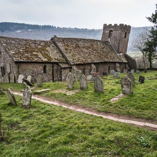 "Церковь св. Мартина в деревне Кумйой известна как ""самая скрюченная церковь Великобритании"" St Martin's church in Cwmyoy village is known as 'the most crooked church in Great Britain'"
