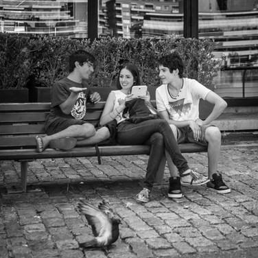 Подростки, район Пуэрто-Мадеро Youngsters chatting, Puerto Madero neighbourhood