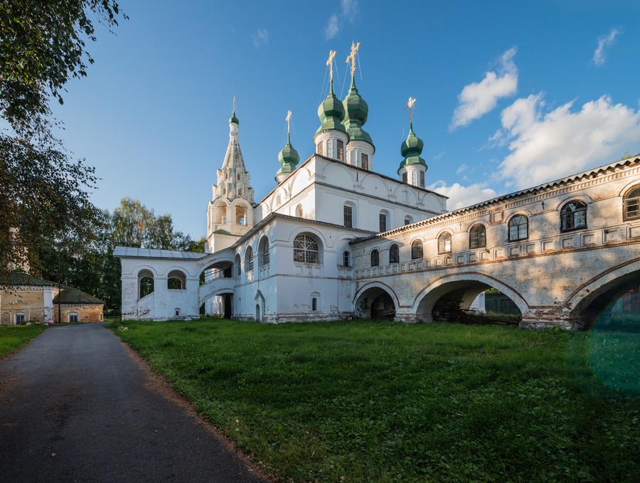 Собор Михаила Архангела и крытый переход в трапезную и Введенскую церковь