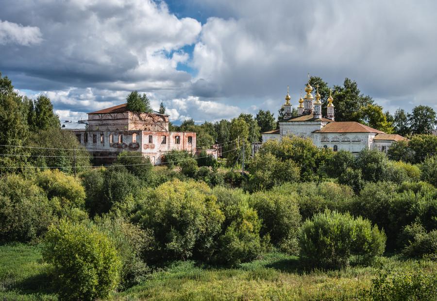 Сретенская (слева) и Мироносицкая (справа) церкви, вид с вала Городища