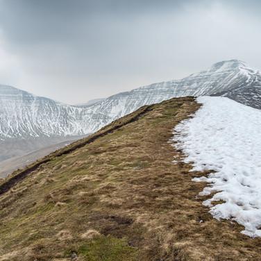 Пен-и-Ван (в центре, 886 метров) - самая высокая гора массива Брекон Биконс Pen-y-Fan (in the centre, 886 m), the highest summit of Brecon Beacons