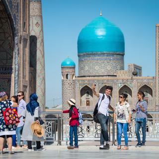 Фотографирующиеся у площади Регистан, Самарканд Taking photos at Registan Square, Samarkand