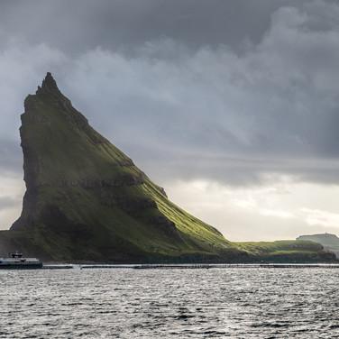 "Тиндхольм, ""остров пиков"", один из самых необычных и впечатляющих островов в мире Tindhólmur, 'Islet of Peaks', one of the most unusual and impressive islands in the world. It has its name from the five peaks on its top, named Ytsti, Arni, Lítli, Breiði, Bogdi (Farthest, Eagle, Small, Broad, Bent)"